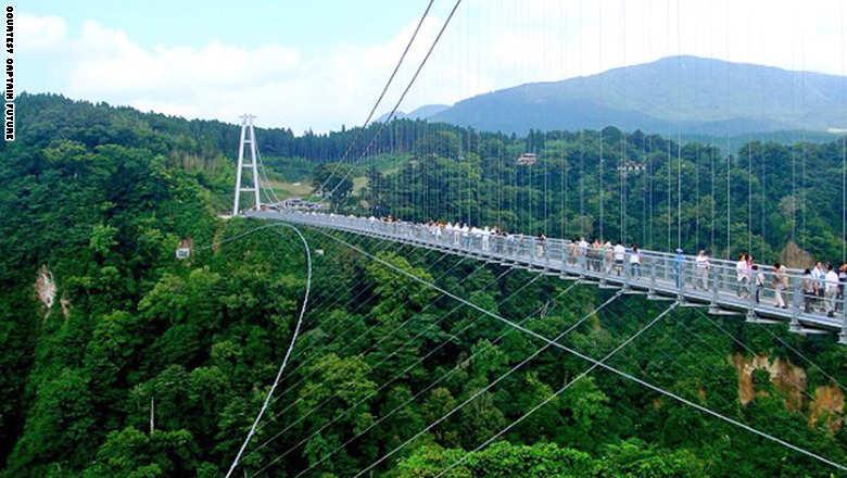 141023154451-footbridge-kok_0