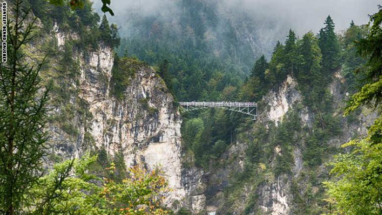 141023155338-footbridge-mar_0