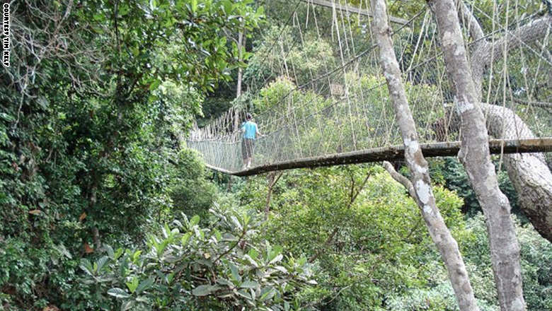 141023160432-footbridge-tam_0