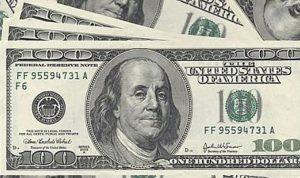 الدولار يتراجع والأنظار على التضخم