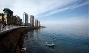 مزاج البحر متقلب كالسياسيين أمام شباك الصيادين في لبنان