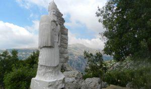 تمثال صخري لمار يوحنا مارون في حديقة البطاركة في الديمان