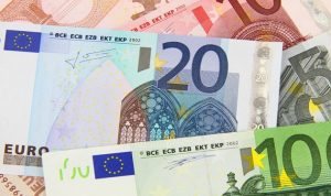 اليورو يرتفع بدعم من موافقة البرلمان اليوناني على حزمة الإنقاذ