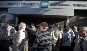 طوابير المتقاعدين تصطف أمام المصارف اليونانية