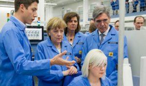 ميركل تدعو الألمانيات للعمل في التكنولوجيا