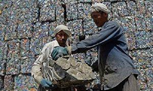 الافيون بدل الراتب لعمال أفغان في إيران!
