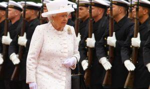 بالصور والفيديو.. الملكة إليزابيث الثانية تؤدي إشارة هتلر النازية!!