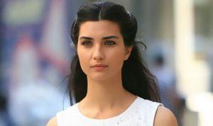 بالصورة.. النجمة التركية توبا بويوكوستن تتخلّى عن شعرها الطويل