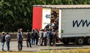 """لاجئو كاليه ومأساة عبورهم عبر نفق """"يوروتونيل"""""""