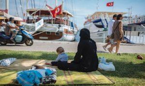 اليونان تبدأ بإعادة اللاجئين الى تركيا
