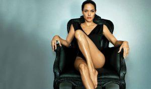 أنجلينا جولي تخون براد بيت… مع المربّية؟!