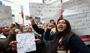 المئات يتظاهرون في تونس مطالبين بزيادة الرواتب