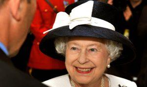 بالفيديو… الملكة إليزابيث تجلس على عرش الموضة