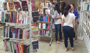 نجاح أول متجر لبيع الكتب الرومانسية في أمريكا