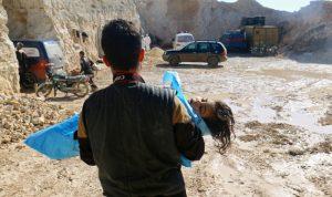 هربًا من القصف.. 400 ألف نازح في إدلب