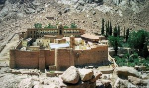 ما اهمية دير سانت كاثرين الذي استهدف محيطه في سيناء؟