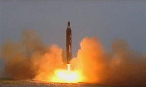 كوريا الشمالية تفاجئ العالم بتجربة صاروخ مر فوق اليابان