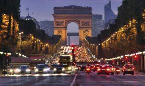 """رفع العلم اللبناني على جادة """"الشانزيليزيه"""" في باريس"""