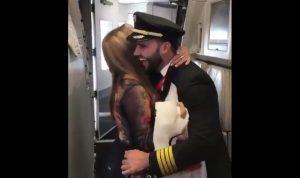 بالفيديو… لحظة مؤثرة لأم تفاجأت أنّ إبنها سيكون كابتن الرحلة