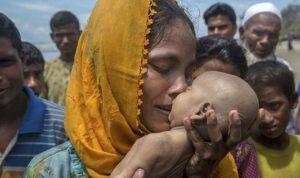 """مأساة """"الروهينغا""""… عناق الأم الأخير لطفلها الميت! (بالصورة)"""