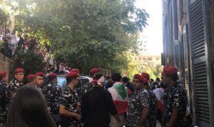 """بالصور والفيديو… رغم احتجاج طلاب """"الحزب"""" الدويري يكمل محاضرته في """"اليسوعية""""!"""