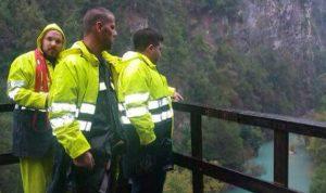 بالصور… انقاذ متسلقة سقطت عن مرتفع صخري في شوان