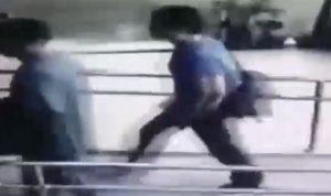 بالفيديو… دخل مركز الشرطة حاملا جثة طفلته بحقيبة
