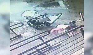 بالفيديو… نجاة أم وطفلها من حادثة قاتلة!