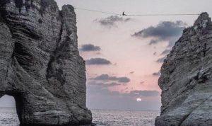 بالفيديو… عبر صخرتَي الروشة على حبل رفيع