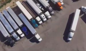 """بالفيديو… سائق شاحنة """"يستحق جائزة نوبل"""""""