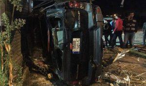 بالصور… إنزلاق سيارة وسحب 4 أشخاص منها في مجدل عنجر