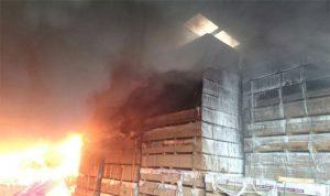 بالصور… إطفاء بيروت يشارك في إخماد حريق معمل حواط ـ جبيل
