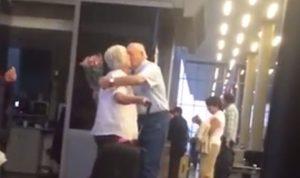 للمشككين… هذا الرجل سيجعلك تؤمن بالحب! (بالفيديو)