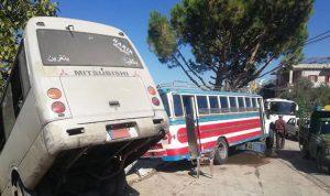 بالصور… جرحى بحادث سير بين باصين لنقل الركاب في شويّا