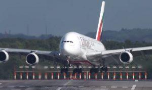 من دبي الى نيويورك… ماذا حصل على متن الطائرة الاماراتية؟