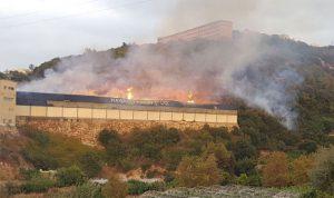 بالصور والفيديو… حريق كبير في مستودع حواط للأخشاب وجهود إخماده تتواصل