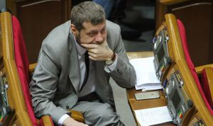 """بالصور… إصابة نائب اوكراني ومقتل حارسه في """"محاولة اغتيال"""" في كييف"""