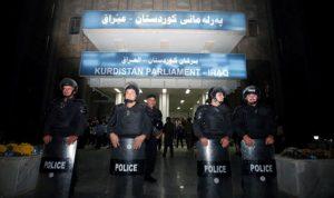 """موالون لبارزاني يحرقون مقرات كردية… وكردستان """"تتأهب"""""""