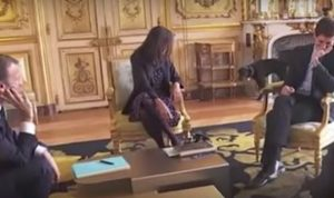 بالفيديو… فعل فاضح لكلب ماكرون خلال اجتماع في الإليزيه