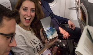 """بالصور والفيديو… شركة طيران توزع هواتف """"سامسونغ"""" على ركابها!"""