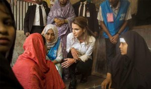 """الملكة رانيا من مخيم للروهينغا: معاناتهم وقصصهم """"مفجعة"""""""
