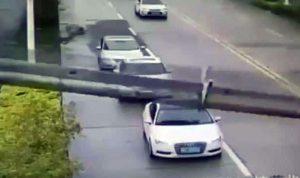 بالفيديو… سائق سيارة ينجو بأعجوبة من الموت