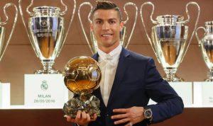 رونالدو يتبرّع بكرته الذهبية