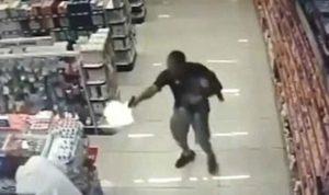 """بالفيديو… """"بطل"""" يطلق النار على لصوص وطفله بين يديه"""