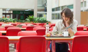 الأكل وحيداً… ضرره أكثر مما تتخيل!