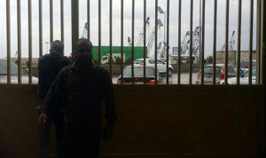 بالصور… المياومون والجباة يقفلون ابواب مؤسسة كهرباء لبنان