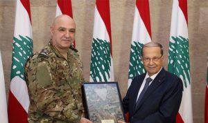قائد الجيش يسلّم رئيس الجمهورية بزّة القتال الجديدة