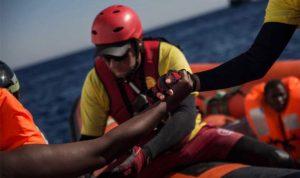 إنقاذ امرأة انجبت في عرض البحر مع مئات المهاجرين