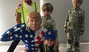 """نجل ترامب يرتدي قناع والده في """"هالوين"""""""