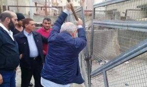 بالصور… المرعبي يكسر بوابة محطة الكهرباء في حلبا